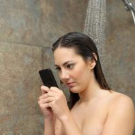 Vorsicht beim Smartphonegebrauch unter der Dusche - mahnt jetzt John McAfee (Foto: Antonioguillem - fotolia.com)