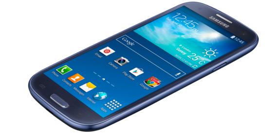 Lidl verkauft das Einsteiger-Smartphone mit seinem 4,8 Zoll großen HD-Display zu einem Preis von 149 Euro. Das sind immerhin 20 Euro weniger als derzeit bei dem günstigsten namhaften Online-Shop verlangt wird, ergab eine Recherche der Redaktion von inside-handy.de. Bei Amazon kostet das Samsung Galaxy S3 Neo momentan sogar knapp 180 Euro. Die unverbindliche Preisempfehlung liegt bei 219 Euro. Angetrieben wird das Handy von einem mit 1,4 GHz getakteten Quad-Core-Prozessor, laufende Prozesse werden im 1,5 GB großen Arbeitsspeicher ausgeführt, für Apps und persönliche Daten stehen 16 GB Flash-Speicher zur Verfügung - per Micro-SD-Karte um bis zu 64 GB erweiterbar. Neben einer 8-Megapixel-Kamera auf der Rückseite kommt eine in die Front integrierte Digitalkamera mit einer Auflösung von 1,9 Megapixeln zum Einsatz.